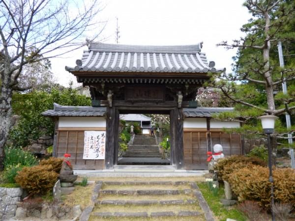 十輪寺入り口には第6回もくれん祭りの表示