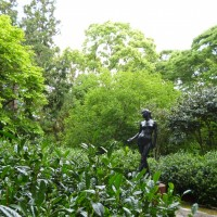 静岡県立美術館の新緑と彫刻と花(静岡市)